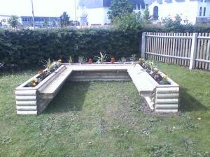 U-shaped seated planter